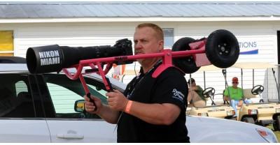 Фотограф снимает авиашоу с помощью изготовленного на заказ плечевого упора